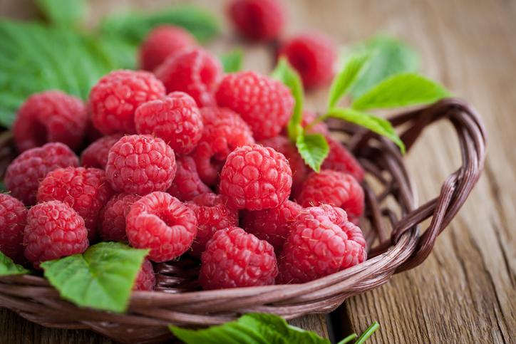 พืชตระกูลเบอร์รี่น่าปลูก พันธุ์ที่สาม คือ ราสเบอร์รี่ (Raspberry) มีถิ่นกำเนิดมาจากยุโรป  มีผลขนาดเล็ก สีแดง รสชาติหวานอมเปรี้ยว